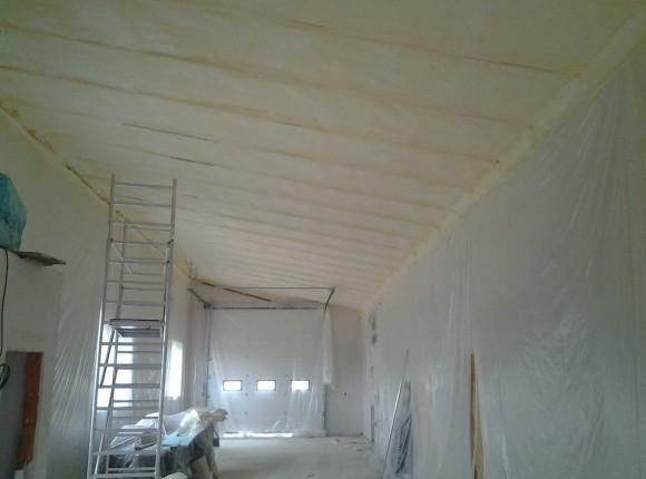 pěnová izolace stropu domu