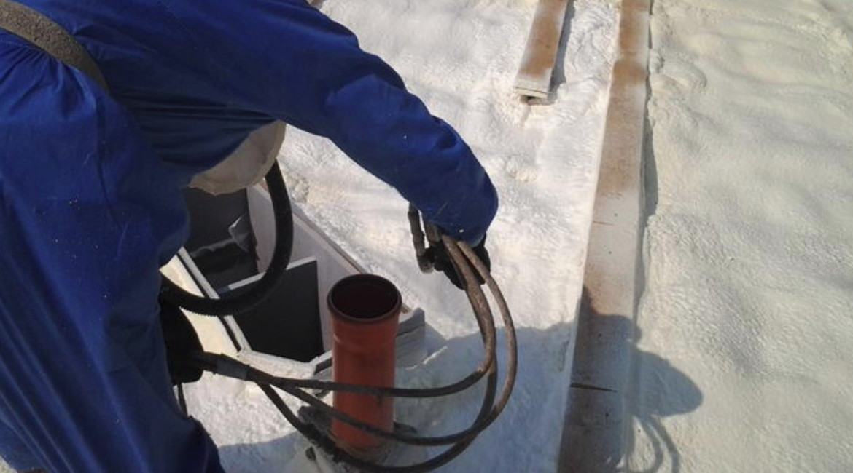 zateplení střechy - venkovní aplikace pur pěny