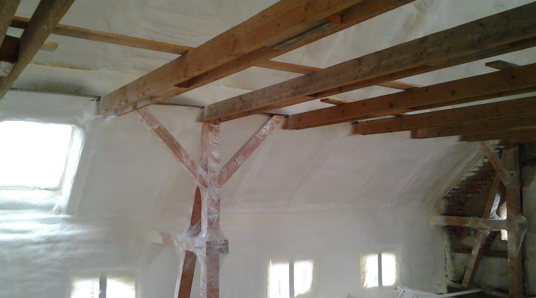 zateplení střechy a stěn stříkanou pěnou